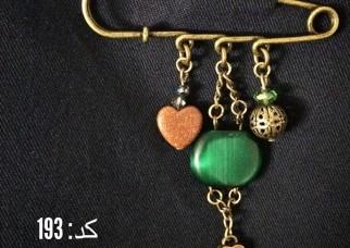 سنجاق سینه طلایی با آویز سنگ سبز درشت