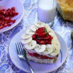 تزیین-کیک-با-موز-و-توت-فرنگی-6-600x432